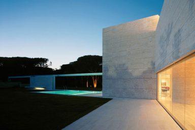 Beautiful White House wiith Glass Wall Ideas