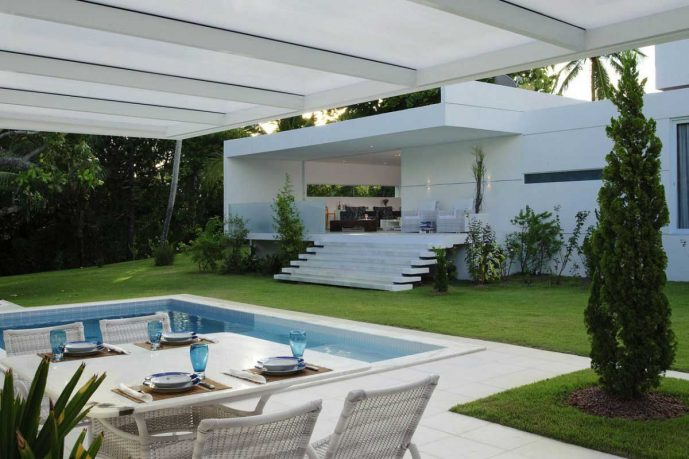 Outdoor Dinnig Areas Inside the Pool
