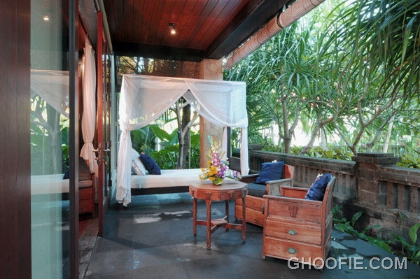 Beautiful Terrace Villa Design Ideas with Outdoor Canopy Bed