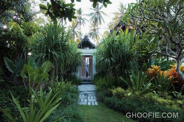 Ethnic Entryway Villa Design Ideas with Green Environment