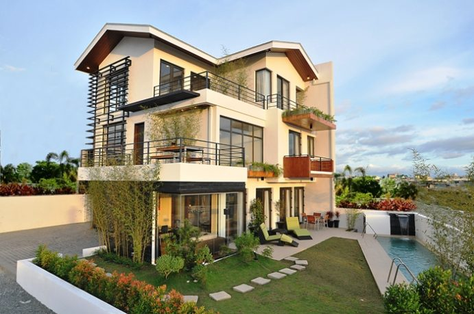 Luxury House Design Modern Style Spacious Balcony with Small Pool