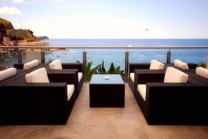 Modern deck ideas overlooking ocean