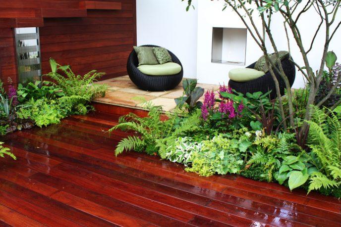 Modern garden with wood flooring